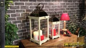 Série de deux lanternes blanches en bois finition blanchi naturel et métal effet chromé cuivré, style moderne, 62cm