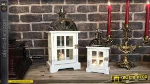 Série de deux lanternes blanches en bois et métal, finition blanc ancien et chromé, en forme de petite maison, 39cm