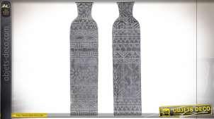 Série de deux vases en métal effet vieilli motifs boho en relief, 66cm