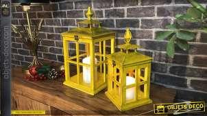 Série de deux lanternes en bois et métal de formes carrées, finition vieux jaune et reflets bronze effet ancien, 44cm