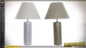Série de deux lampes de table cylindrique de style moderne en résine gravée finition dorée et argentée, 79cm