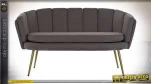Canapé deux places finition polyester maillé gris, dossier en alignement de coussins de style moderne, 141cm