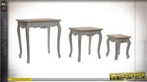 Série de trois tables d'appoints patine blanche et chêne clair style cottage, pieds galbés, 61cm