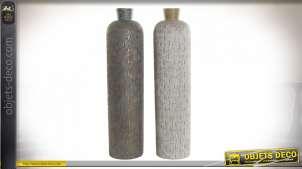 Série de deux grands vases bicolores en résine gravée de motifs géométriques style moderne chic, 68cm