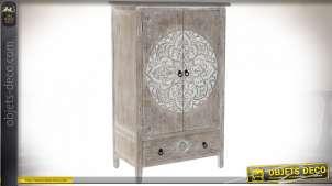 Armoire en bois gravé de motifs floraux style indien, patine brun clair et blanche effet vieilli, 122.5cm
