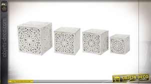 Série de quatre coffres de rangement en bois sculpté finition blanche style romantique, 51cm