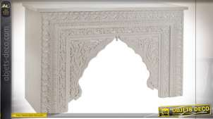 Console en bois de manguier sculpté en forme de voûte orientale et de motifs floraux finition blanche, 120cm