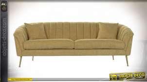 Grand canapé en tissu effet broderie point de croix finition jaune moutarde, pieds couleur laiton de style rétro, 225cm