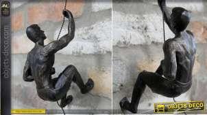 Représentation en résine et métal d'un escaladeur en pleine ascension, décoration de style moderne à suspendre, 20cm