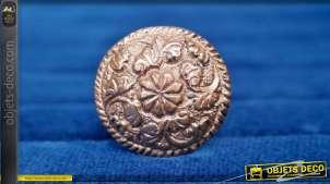Bouton de meuble en aluminium, forme ronde avec fleur centrale à 9 pétales et enroulement de feuillage, finition cuivre vieillie, Ø3cm