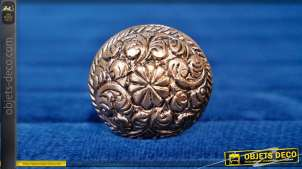 Bouton de meuble en aluminium finition cuivrée, forme légèrement ovale avec fleur centrale de 10 pétales et motifs de feuille d'acanthe ambiance Louis XV