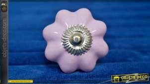Bouton de meuble en céramique rose pâle, forme de fleur rétro avec collerette en métal argenté, ambiance années 70