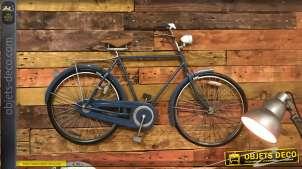 Grand vélo masculin finition bleu ancien, décoration murale en métal de style vintage avec notes de cuivré, 110cm de long