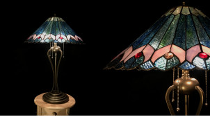 Grande lampe Tiffany Ø48cm, représentation en verre irrisé et métal finition bronze de la roue du paon, 73cm