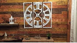 Grande horloge en métal version tryptique, finition blanche avec éclats de peinture, style vintage de 100x100cm