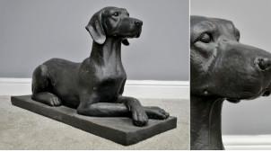 Statue de chien sur socle en résine, 80cm de long, finition noir charbon effet ancien, ambiance vieille demeure