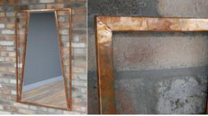 Grand miroir vertical avec encadrement en métal finition cuivre vieilli, ambiance géométrie industrielle, 120cm