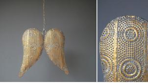 Paire d'ailes en métal à suspendre, finition doré effet ancien, chaine de 63cm de long