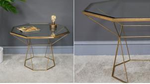 Table d'appoint en métal et plateau en verre, finition dorée effet brossé, ambiance moderne géométrique, Ø66cm