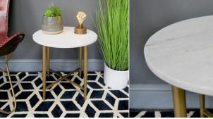 Table d'appoint de forme ronde en métal et marbre, finition laiton et marbre blanc, ambiance belles matières, Ø43cm