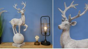 Grande sculpture en résine d'un cerf monté sur base ronde, décoration de charme finition effet neige, 70cm