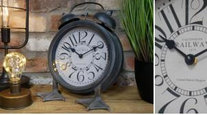 Horloge en métal en forme de réveil sur pates, finition noir charbon effet blanchi vieilli, 32cm