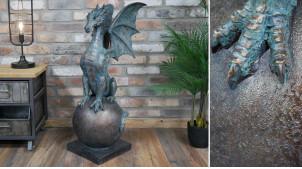 Grande sculpture de dragon assis sur une sphère, en résine finition vieux bronze oxydé, ambiance donjons et gargouilles, 86cm