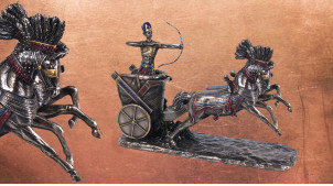 Statuette de Ramses II, le guerrier conquérant accompagné de ses chevaux, en résine finition vieux bronze et reflets dorés, 27cm