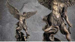 Archange Saint-Michel, grande sculpture en résine de l'ange combatant les démons, en résine finition laiton bronze vieilli, 110cm de hauteur finale