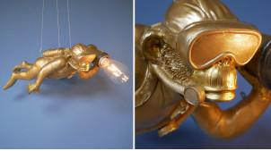 Lampe d'appoint suspendue en résine et verre en forme de singe explorateur, finition dorée effet brossé, ambiance Steampunk, 57mcm