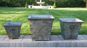 Série de trois cache-pots en métal, finition zinc vieilli, de forme carrée avec anneaux déco latéraux, 42cm