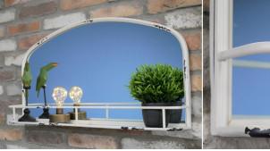 Miroir mural en métal de forme arrondie, ambiance vieille campagne, finition crème effet vieilli avec tablette d'appoint, 80cm