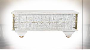 Table basse coffre en bois de manguier finition blanchie, ornements en métal de style Indien, 115cm