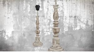Pied de lampe en bois sculpté, modèle Chisinau de 43cm, finition naturelle blanchie décapée, ambiance vieille demeure française