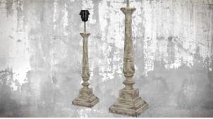 Pied de lampe en bois sculpté, modèle Conakry de 47cm, finition naturelle blanchie décapée, ambiance vieille demeure française