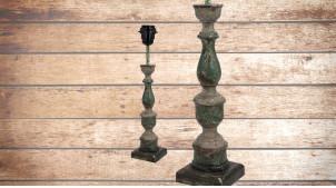 Pied de lampe en bois sculpté, modèle Tirana de 38cm, finition naturelle usée reflets vert, ambiance élégante et intemporelle