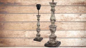 Pied de lampe en bois sculpté, modèle Avarua de 38cm, finition crème décapée effet usée, ambiance découverte de grenier