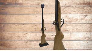 Grand pied de lampe en bois sculpté, forme de fusil avec détails en métal, ambiance chasse et traditions, 67cm