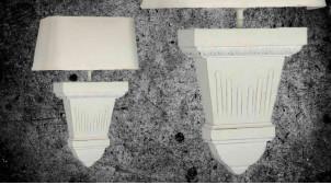 Applique murale en bois et demi abat jour en coton, finition blanc décapé, ambiance vieux manoir, 40cm