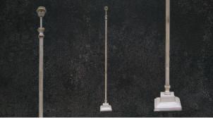 Pied de lampadaire en métal finition blanc, base et tube carrés, ambiance moderno chic, 144cm