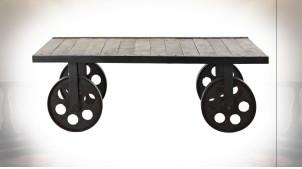 Table basse en métal et bois de manguier finition naturelle, roues en métal esprit Berline de mine, 106cm
