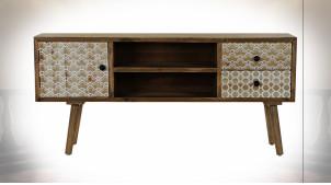 Meuble TV en bois finition naturelle, façades de portes avec motifs géométrique blancs, 120cm