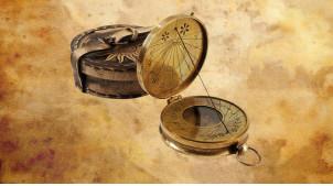 Reproduction d'une boussole cadran solaire en laiton doré avec étuit effet vieux cuir, Ø9cm