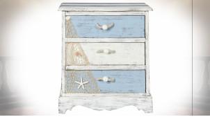 Table de chevet tricolore en bois coquillages et cordes ambiance bord de mer, 58cm