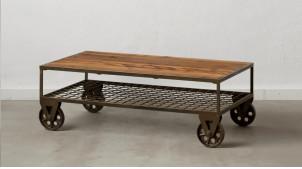 Table basse en bois et métal de style industriel, grosses roues et plateau brut, 100cm