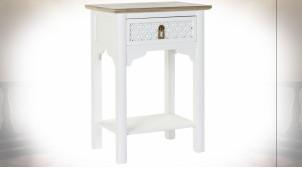 Table de chevet en bois de sapin finition blanche et naturelle ambiance orientale, 69cm