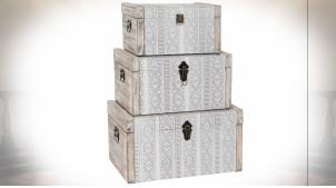 Série de 3 coffres en bois finition naturelle blanchie, motifs géométriques ambiance boho, 56cm