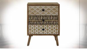 Table de chevet 3 tiroirs en bois finition naturelle ambiance ethnique, 63cm