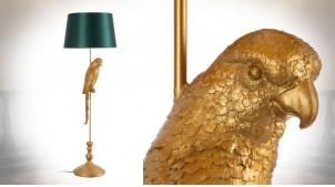 Lampadaire perroquet en résine finition vieux doré, oiseau sur son perchoir et abat jour vert impérial, 121cm