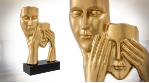 Sculpture de deux visages en céramique finition or, montée sur socle en bois esprit trophée, 61cm